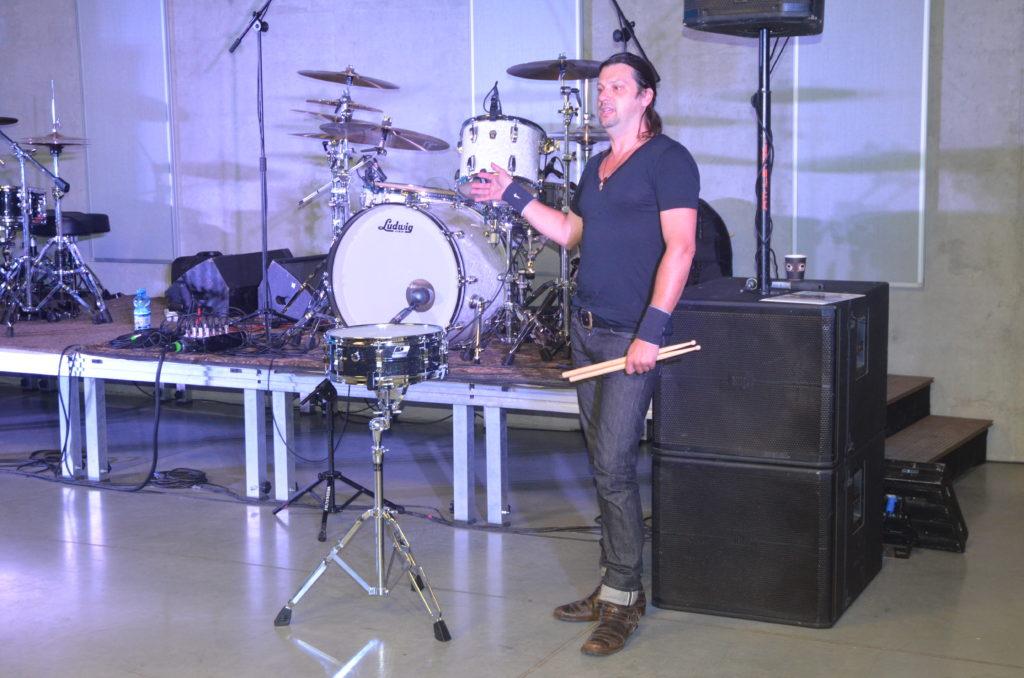 Perkusista prezentuje różne techniki gry na werblu