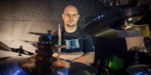 Tomek Łosowski i lekcja online dla DrumSchool