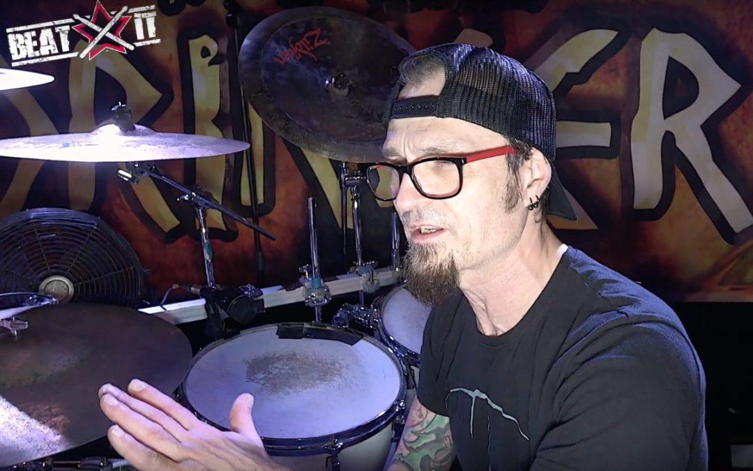 """Maciej """"Ślimak"""" Starosta prezentuje swój zestaw perkusyjny"""