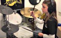 Dziewczynka z zespołem Aspergera gra na perkusji
