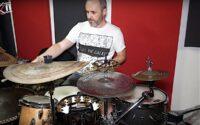 """Daniel """"Karpju"""" Karpiński prezentuje swój zestaw perkusyjny"""